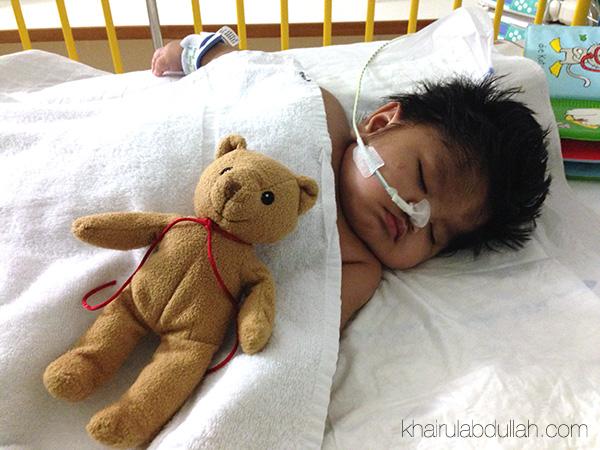 Baby Asyraf tidur nyenyak bersama teddy bear hadiah dari jururawat kesayangannya